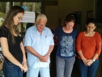 Raquel, neta do Pr. Elben, ora pelo avô e pelas outras aniversariantes Sâmela (à esquerda) e Vanilda (à direita).