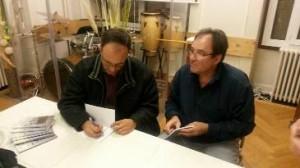 Maurício Cunha autografa o livro em Genebra / Acervo-CADI