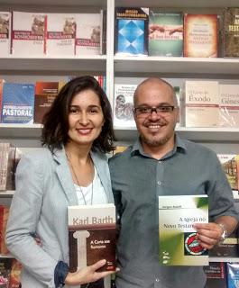 Eneas (à direita) com livros da Editora Sinodal