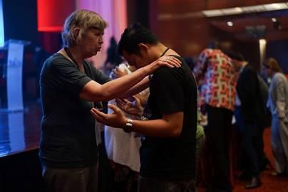 Tonica orando com um participante do ELJ2016. Foto: Movimento Lausanne
