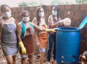 Participantes de projeto de compostagem de resíduos orgânicos domésticos em São Luís, MA (2014), realizam manutenção de composteiras
