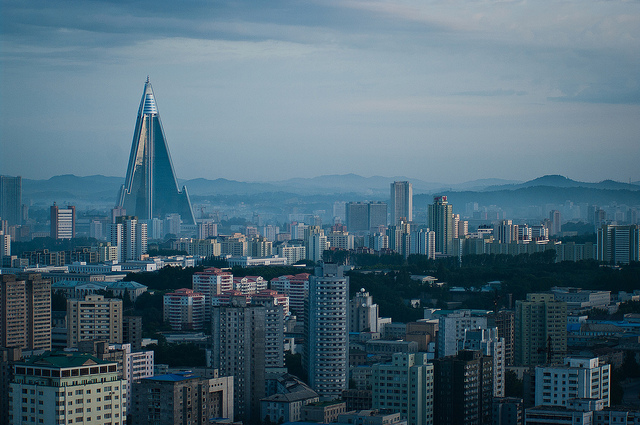 A cidade de Pyongyang. Crédito: Jen Morgan/CC BY-ND 2.0 ( https://www.flickr.com/photos/momocita/6822805138/ )