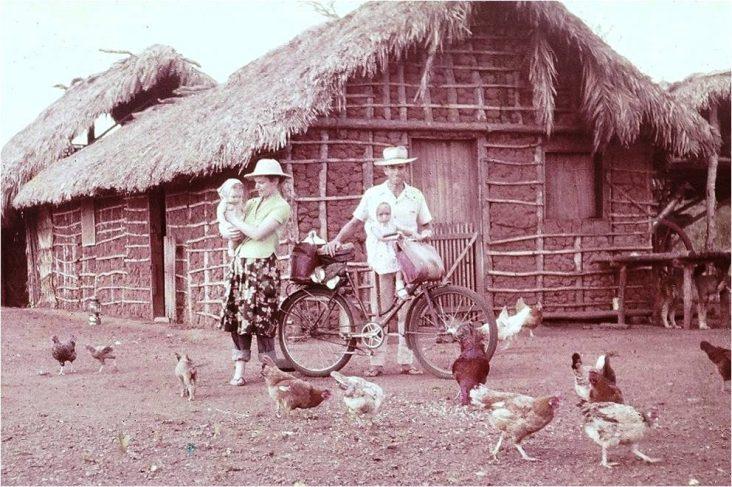 Rinaldo, sua esposa e filhos em frente a sua primeira casa no sertão