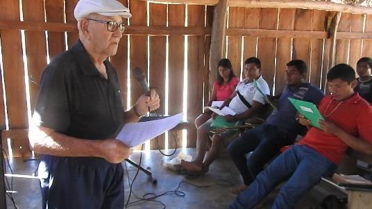Rinaldo ensinando para indígenas na aldeia