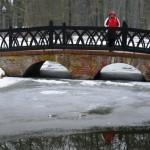 Ponte sobre rio congelado em Ludwigslust - Alemanha