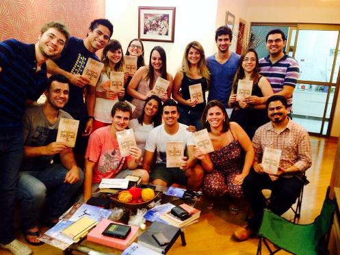 """Jovens cristãos do grupo de leitura sobre """"O Discípulo Radical""""."""