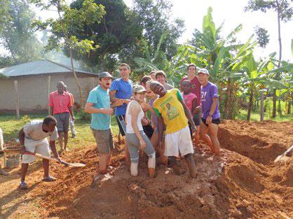 Amassando lama para produção de tijolos.