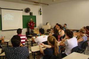 """Zé Lidório ministrando a oficina """"Universitários com o pé na lama""""."""