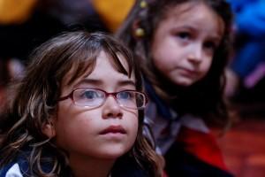 Minha filha, Victoria, ouvindo a história de Samuelito, contada pela educadora cristã, Darticlea