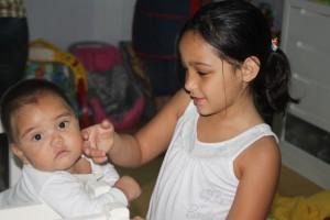 Isabela adora gastar seu tempo com os bebês