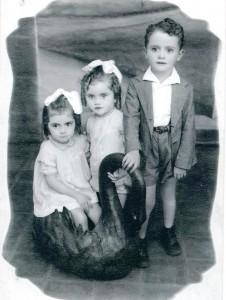 Da esquerda para a direita: Diva, 3 anos, Dalva 2 anos, Saulo 5 anos, alguns anos antes de perderem a mãe.