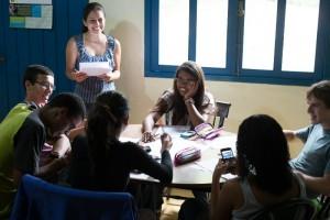 Jovens trabalhando na produção de Mãos Dadas Responde 3