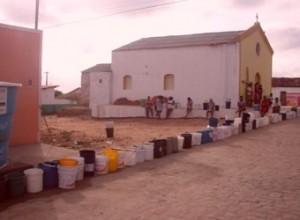 Filas de baldes a espera de água