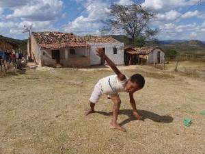 Menino brinca em região seca de Pernambuco. Crédito: Alison Worrall.