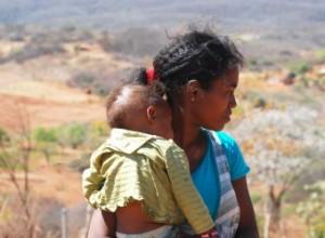Mãe e filha da Comunidade quilombola de Fonseca, Manaíra (PB). Crédito: John Medcraft.