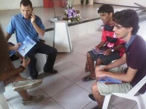 Um dos momentos de distribuição da revista Ultimato em São Luís (MA).