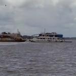 Barcos danificados no rio Guamá, em Belém (PA)