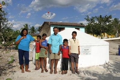 Família beneficiada pelo projeto de construção de cisternas. Foto: http://www.asabrasil.org.br/