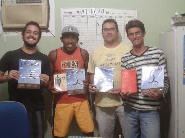 Na foto, Filipe com os amigos e membros da Missão Surfistas de Cristo Ceará.  Cada um com um exemplar da revista Ultimato!