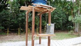 Acoplado a um painel de energia solar e à caixa de água, o purificador filtra 400 litros por hora Divulgação/Ascom Inpa